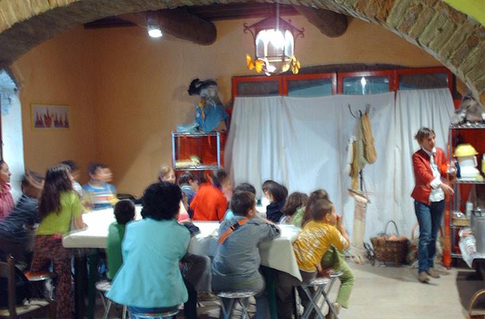 bambini in laboratorio durante una delle attivita didattiche