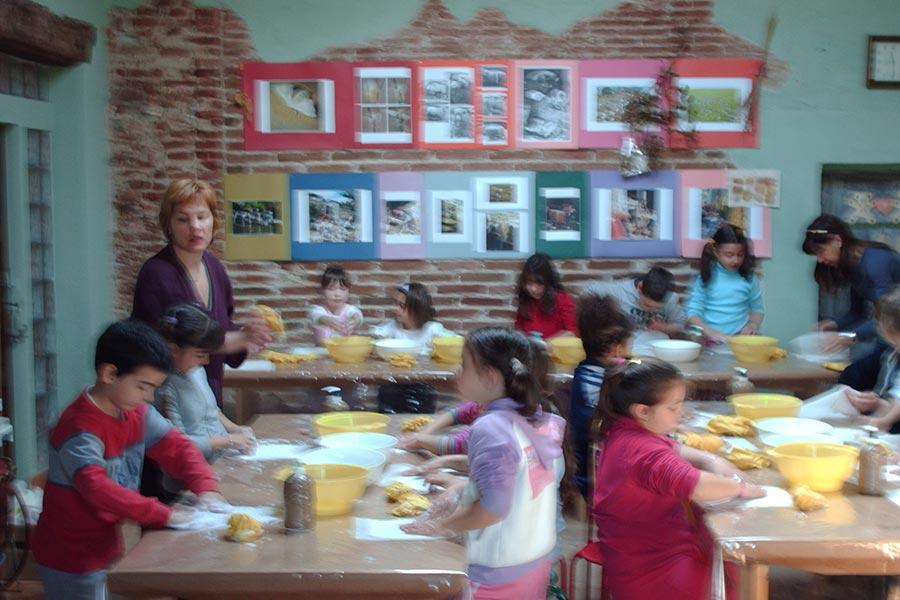 bambini impegnati in un attivita in laboratorio